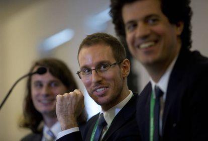 Alessio Figalli, en el centro, sonríe tras conocerse su medalla Fields. A su izquierda, Peter Scholze, y a la derecha, Akshay Venkatesh.