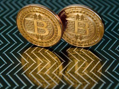 Dos medallas con el símbolo del bitcoin.