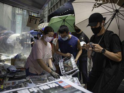 Gente haciendo cola para comprar el último número del periódico 'Apple Daily', en el centro de la ciudad de Hong Kong.