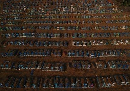 Imagen aérea del cementerio público, Nossa Senhora Aparecida, donde están enterrados gran parte de los cuerpos de las víctimas de coronavirus en Manaos.