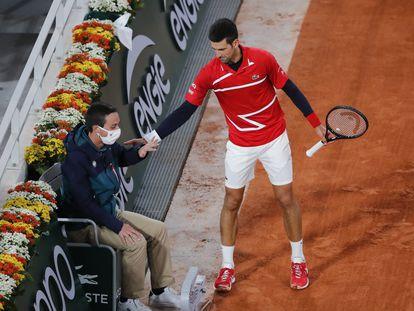 Djokovic se disculpa con un juez de línea tras golpearle de manera fortuita, este lunes en París.