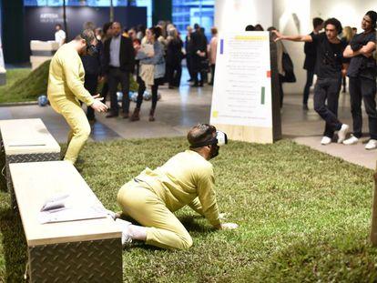 Los artistas Lolo y Lauti realizan una performance en arteBA.