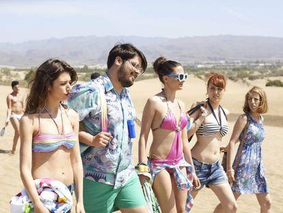 Escena de 'Cómo sobrevivir a una despedida' (2015), comedia playera con Úrsula Corberó y Brays Efe (los dos primeros de la imagen) rodada en Canarias.