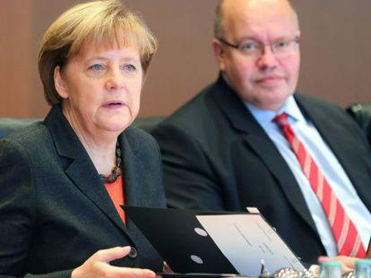 Merkel, junto al ministro de Cancillería, Peter Altmaier, en una conferencia en noviembre de 2014.