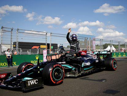El piloto de Mercedes Lewis Hamilton celebra tras ganar la 'pole' para la carrera de mañana en el GP de Hungría.