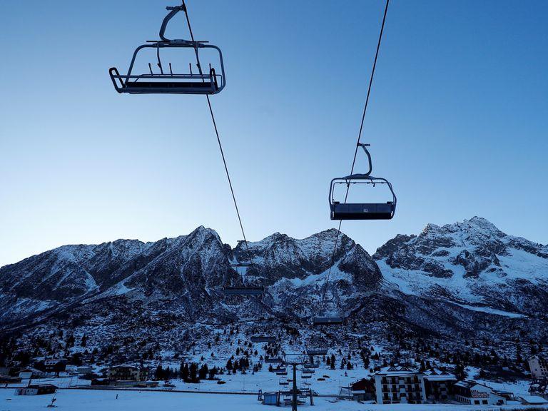 Telesilla parada en la estación de esquí Passo Tonale, en los Dolomitas.