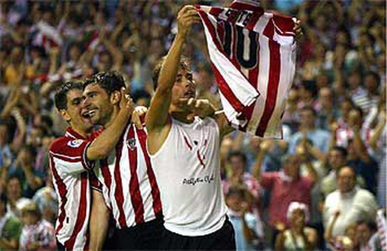Yeste, con la camiseta al aire, celebra el tercer gol junto a Karanka y Arriaga.
