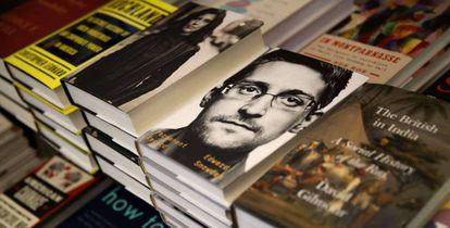 Edward Snowden, retratado en la portada de su libro.