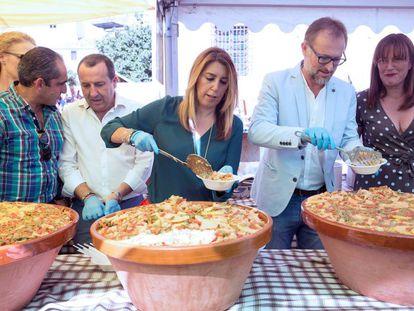 Susana Díaz sirve sopas perotas este sábado en Álora (Málaga).