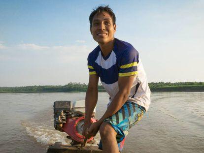 Frander Herrera es uno de los encargados de recorrer el territorio con el GPS para identificar las comunidades en el mapa.