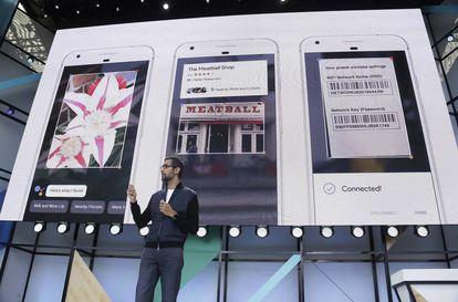 El CEO de Google, Sundar Pichai, habla de las Google Lens en la conferencia de desarrolladores Google I/O, en Mountain View, California.