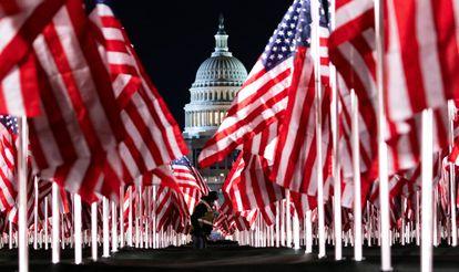 Banderas de EE UU instaladas frente al Capitolio antes de la toma de posesión de Biden.