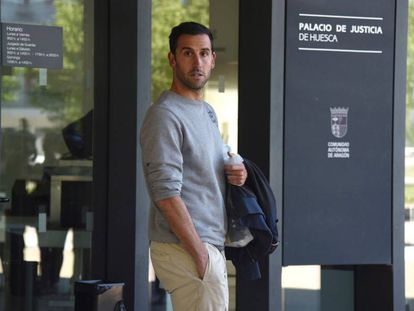 El jugador del Deportivo Iñigo López tras ser puesto en libertad con cargos