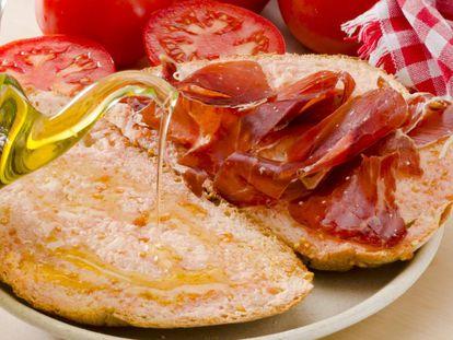 Pan con tomate, jamón y aceite de oliva.
