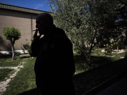 Un preso fumando en la cárcel de Quatre Camins.