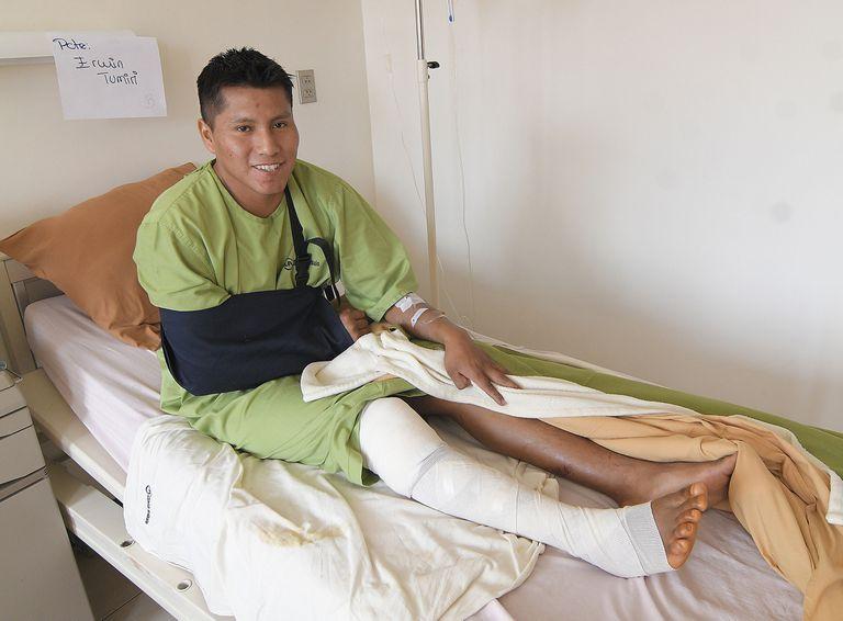 Erwin Tumiri se recupera, en una clínica de Cochabamba, de los golpes que sufrió en un accidente de carretera.