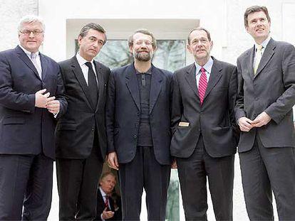 De izquierda a derecha, Steinmeier (Alemania), Douste-Blazy (Francia), Lariyani (Irán), Solana (UE) y Sawyer (Reino Unido), en Viena.