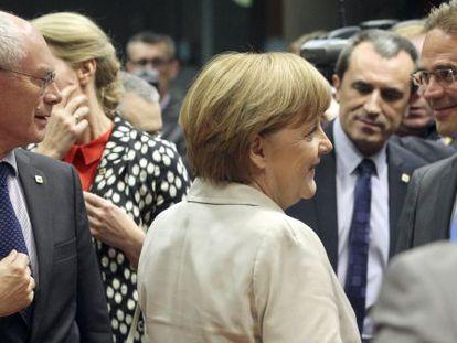 Herman Van Rompuy y Angela Merkel entre otros líderes europeos.