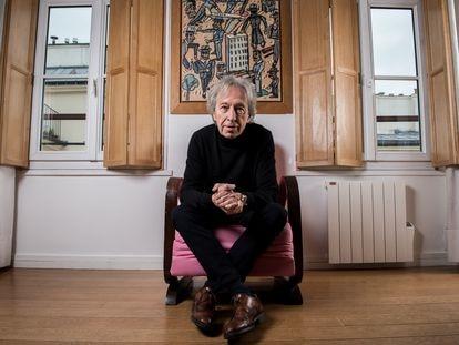 Pascal Bruckner, la semana pasada en su casa de París, delante de un cuadro del pintor argentino Antonio Seguí.