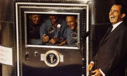 El presidente Nixon se ríe con los tripulantes del Apollo 11.
