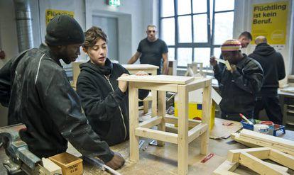 Refugiados en un taller de formación profesional en Berlín.