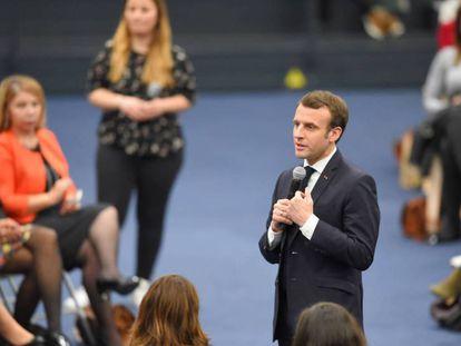 Macron, durante un debate sobre la situación social de las mujeres, el pasado 28 de febrero. En vídeo, declaraciones de Macron y del portavoz de la Comisión Europea, Margaritis Schinas.