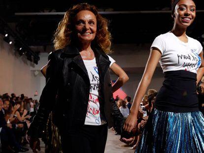 La diseñadora Diane von Furstenberg desfila junto a una modelo con las camisetas creadas por ella.