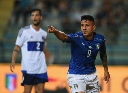 Gianluca Lapadula celebra uno de sus goles con Italia frente a San Marino, en mayo de 2017.