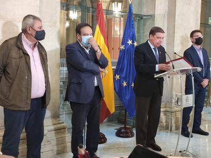 El ministro de Agricultura, Luis Planas, junto a los representantes de Asaja, Pedro Barato; de Coag, Miguel Blanco; y de UPA, Lorenzo Ramos.