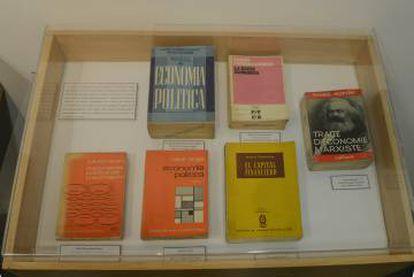 Una de las vitrinas de la exposición 'Che lector' en la Biblioteca Nacional.
