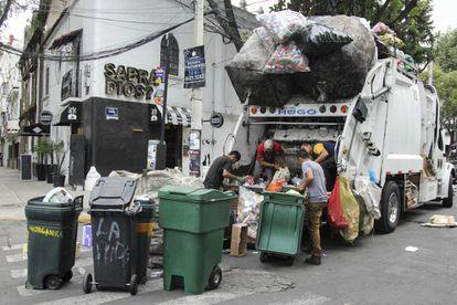 Un autobús de basura de Ciudad de México separa residuos.