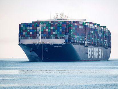El buque 'Ever Given', de la compañía Evergreen, parte este miércoles del canal de Suez tras estar retenido durante 100 días.