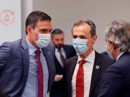 El presidente del Gobierno, Pedro Sánchez, y el ministro de Ciencia, Pedro Duque, conversan antes del anuncio del plan de choque.