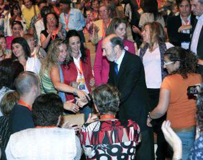 Rubalcaba saluda a los asistentes a un acto electoral en Logroño.