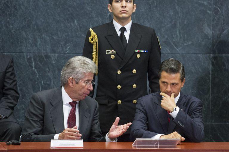 Gerardo Ruiz Esparza y Enrique Peña nieto durante la presentación del proyecto ganador del aeropuerto de Texcoco, en septiembre de 2014.