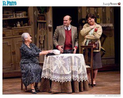 Asunción Balaguer, sentada, y Pepe Viyuela, en la versión teatral de 'El Pisito'.