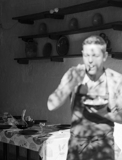 Oriol Blanes prueba una ensalada.