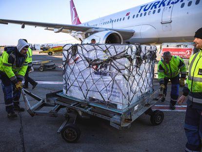 Vacunas de AstraZeneca en el aeropuerto de Belgrado, este domingo.