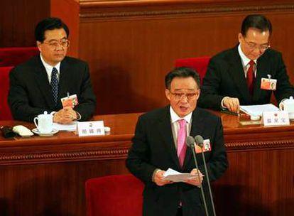 Wu Bangguo, miembro de la Asamblea Popular China, habla durante la ceremonia de clausura de la Asamblea en Pekín, en presencia del presidente Hu Jintao.