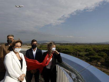 La alcaldesa de Barcelona, Ada Colau, y la vicepresidenta del Gobierno, Yolanda Díaz, visitan La Ricard, este jueves.