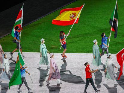 La abanderada española, la karateca Sandra Sánchez (c), ondea la bandera de España durante la ceremonia de clausura de los Juegos Olímpicos 2020, en el Estadio Nacional de Tokio (Japón).