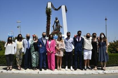 Gloria Mohedano, José Ortega Cano, Gloria Camila Ortega, Rocío Flores y David Flores, acompañados de familiares y allegados a los pies del monumento dedicado a Rocío Jurado en Chipiona, en el 15 aniversario de su fallecimiento, este sábado.