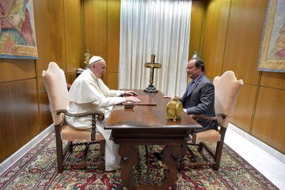 El papa Francisco, junto al presidente de Francia, François Hollande, el 17 de agosto de 2016.