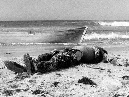 Imagen de la primera muerte documentada de un inmigrante en el Estrecho, en la playa de Los Lances, en Tarifa (Cádiz).