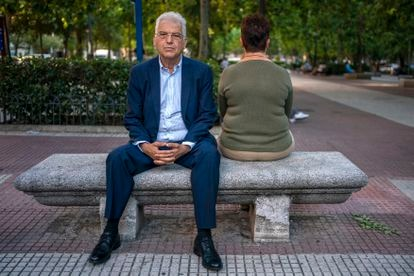 El abogado Gabriel Rubio posa con Iciar Pratts, en la parte de atrás, en Madrid, el 24 de junio.