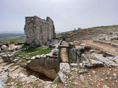 Yamur hacen trabajos de restauración en la vieja ciudad romana de Acinipo, a las afueras de Ronda.