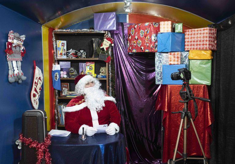 Héctor Fuentes vestido de Papá Noel delante de la cámara en su estudio, dentro de un contenedor industrial en Leganés.
