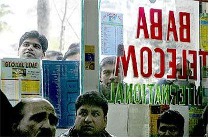 Inmigrantes en un locutorio de La Rambla siguiendo el partido entre India y Pakistán