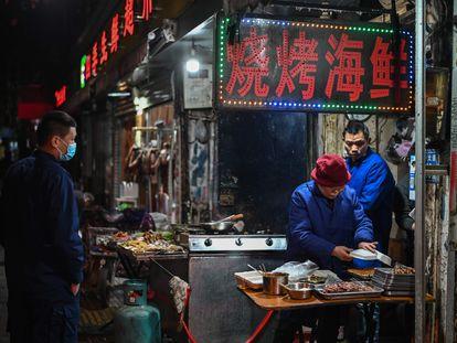 Un puesto en el mercado de Wuhan, en China.