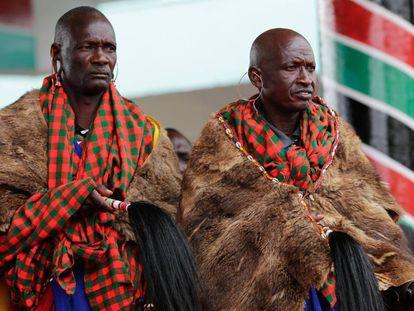 Dos masai asisten a la ceremonia de juramento del gobernador de Nairobi y miembro del partido liderado por el presidente Uhuru Kenyatta, en Nairobi, Kenia (agosto 2017). La oposición del país recurrió ante el Tribunal Supremo el resultado de las elecciones del 8 de agosto, al considerar que hubo un fraude en el recuento de votos que dio la victoria al presidente Kenyatta.